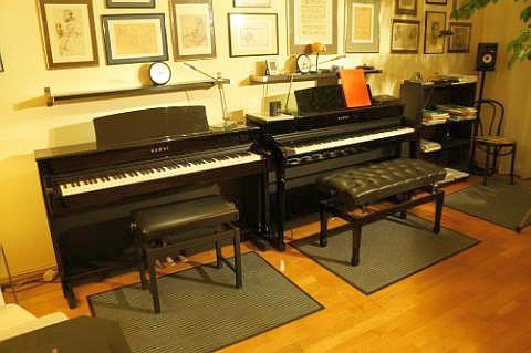 Klavierunterricht an 2 Klavieren! Das macht den Klavierunterricht lebendiger da ich jederzeit mitspielen kann.