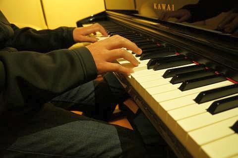 Jeder sollte einmal Klavierspielen probieren! Dazu braucht man kein eigenes Klavier und keinerlei Vorkenntnisse!