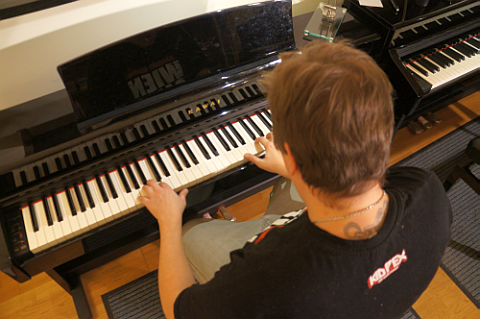 Ein erfahrener Klavierlehrer betreut Dich! Er gestaltet den Klavierunterricht so dass auch du Freude am Klavierspielen findest!
