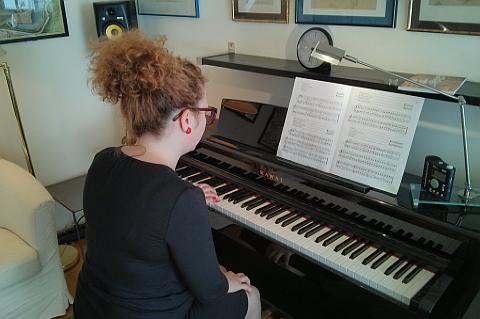 Beim Klavierunterricht ist ein Schritt für Schritt Aufbau unbedingt notwendig. Nach und nach kann man die Schwierigkeit steigern