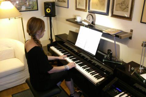 Mit der Zeit kannst du auch schon schierigere Klavierliteratur spielen! Das wird dir große Freude bereiten!